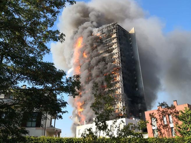 Milano, maxi-incendio nel grattacielo di via Antonini: facciata divorata dalle fiamme