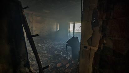 Le prime foto dall'interno del palazzo distrutto dall'incendio in via Antonini, a Milano