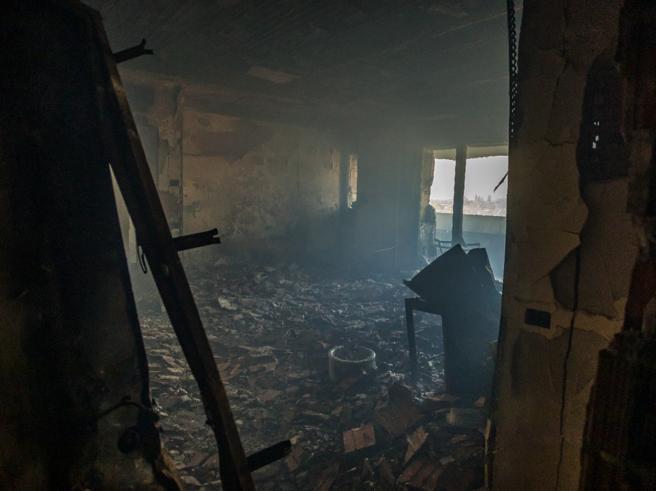 Incendio a Milano, le prime foto dall'interno del palazzo di via Antonini