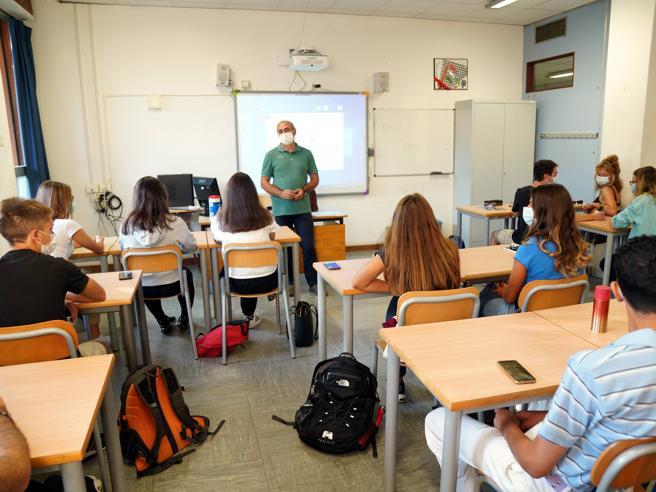 Covid Milano, già 90 classi in quarantena  dalla ripresa della scuola: più 143% in sei giorni (e torna la Dad)