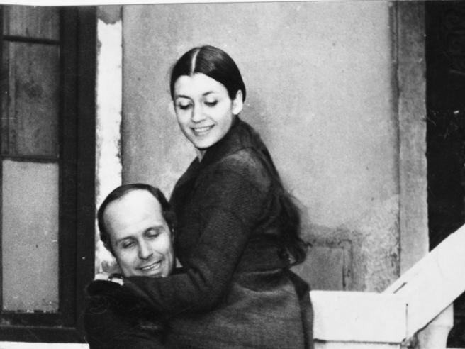 Carla Fracci, una targa sulla casa popolare di via Tommei e il «grazie» del marito Menegatti: «Plebiscito di affetto commovente»