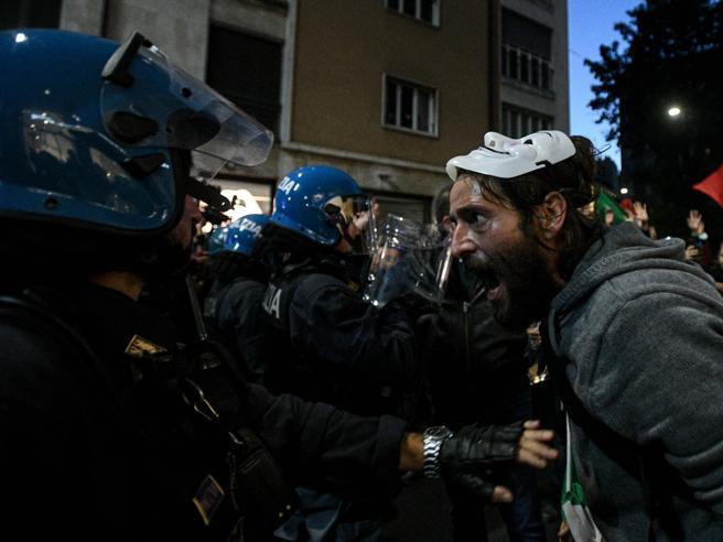 Milano bloccata dal corteo con 15mila no green pass. Scontri con la polizia, una ragazza ferita