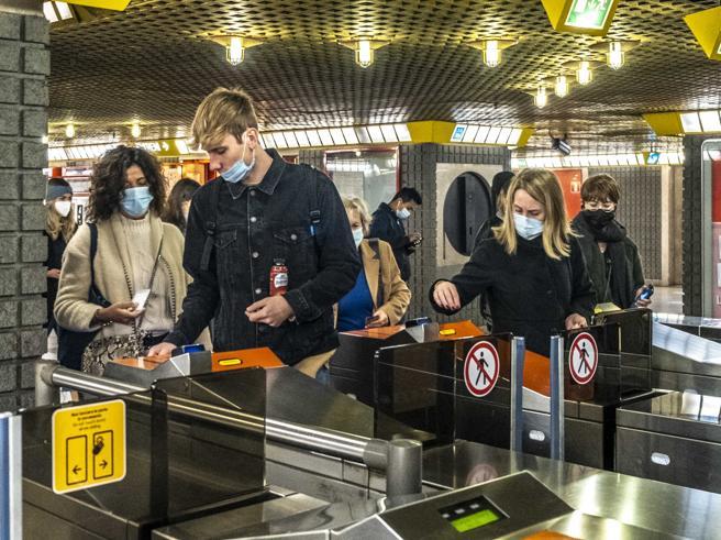 Atm Milano, la funzionaria che clonava i biglietti con il codice «999»: sequestrati conti e  maxi villa