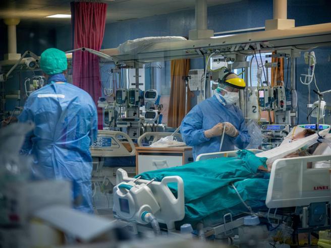 Covid in Lombardia, i numeri della medicina di guerra:  in terapia intensiva solo un anziano su 5