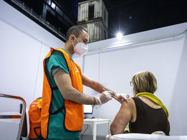 Vaccini Lombardia, terza dose: la regola dei 180 giorni e le prenotazioni anticipate, tutte le risposte ai dubbi