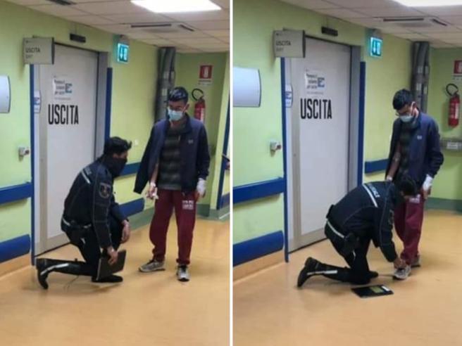 Rho, l'agente Flavio Tangari in ginocchio allaccia le scarpe a un ragazzo ferito: la foto fa il giro del web