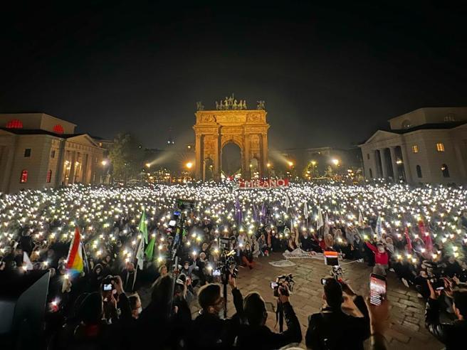 Milano, ddl Zan: «in 10 mila all'Arco della Pace» contro lo stop del Senato. «Parlamento scollato dal Paese»