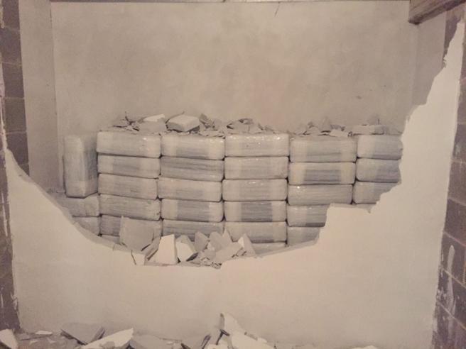 Milano, una tonnellata di droga nascosta dietro un muro