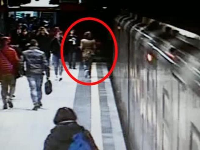 Incidente metro Milano, nel video la donna che si è introdotta in galleria