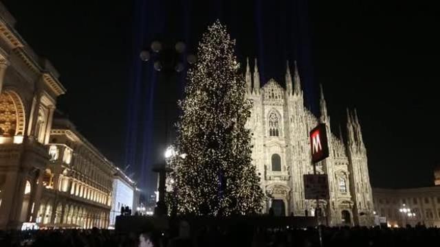 Albero Di Natale Milano.Milano Acceso L Albero Di Natale In Piazza Duomo Corriere Tv