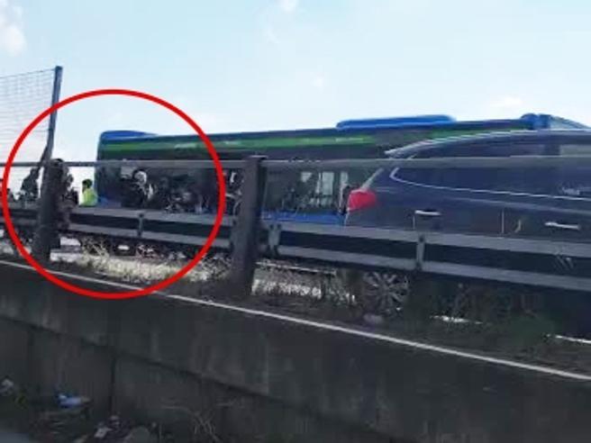 Attentato Milano, le urla e la corsa:  la fuga dall'autobus dei ragazzi terrorizzati  Video