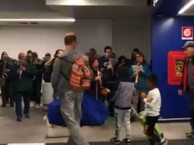 Arrivano all'aeroporto con i bambini adottati in Perù e trovano la banda
