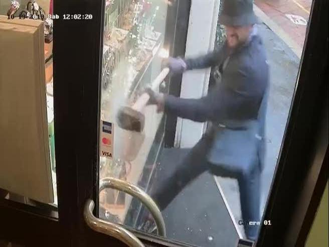 Martellate contro la vetrina, via due Rolex in 14 secondi