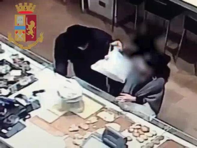 Così le due ladre derubano  un anziano dal panettiere Video