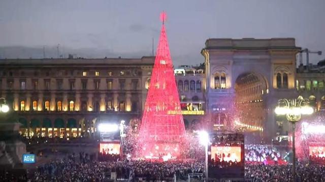 Albero Di Natale Milano.Milano In Piazza Duomo L Accensione Dell Albero Di Natale Corriere Tv