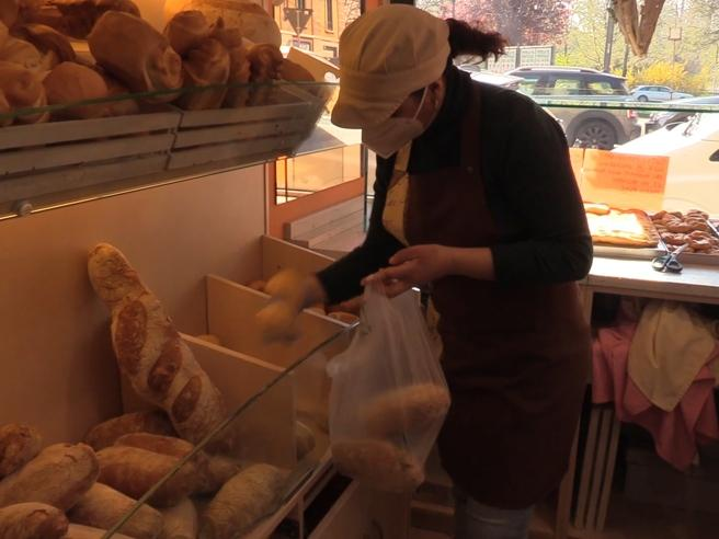 Coronavirus, il panificio che regala pane a Milano: «Sacchetti per chi ha bisogno»