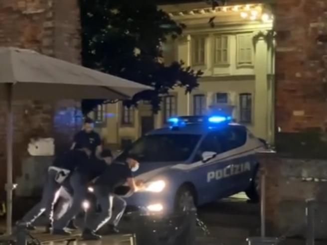 Milano, auto della polizia incastrata sulle scale delle Colonne di San Lorenzo