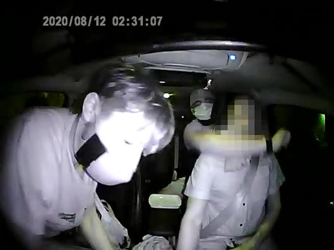 «Non ti muovere o ti ammazzo»: la rapina a un tassista a Milano, il video e l'audio dell'aggressione