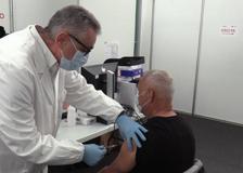 Covid, Pregliasco vaccina all'hub di Novegro: «Entro luglio la situazione sarà come in Israele»
