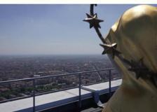 L'arcivescovo Delpini invita alla preghiera dal «tetto di Milano»
