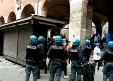 Piazza Mercanti, movida fuori controllo: interviene la polizia