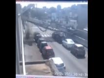 Trivella caduta a Milano, il video del crollo: un uomo si salva correndo