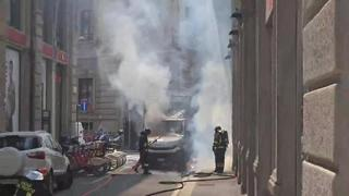 Milano, camion in fiamme in piazza Cordusio: fumo visibile dalla Galleria