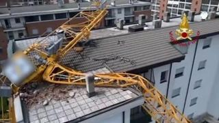Maltempo, a Rozzano una gru crolla su un palazzo: 24 famiglie evacuate