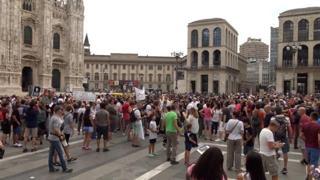 Green pass, in piazza Duomo a Milano sfilano in centinaia per dire «No»