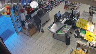 Rapina al supermercato, i banditi afferrano il cassiere per il collo