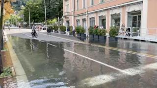 Lago di Como esondato in piazza Cavour