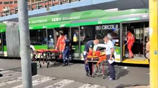 Milano, incidente tra filobus 90 e un'auto: 22 passeggeri contusi
