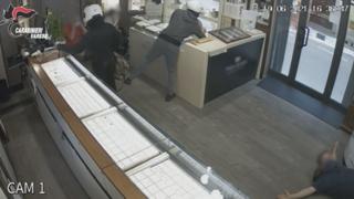 La rapina a Saronno, poi la fuga e il «cambio d'abito»: due arresti