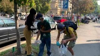 Corteo per l'ambiente, ragazzi puliscono il marciapiede