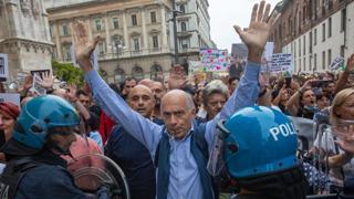 No green pass a Milano: i manifestanti sfondano il cordone della polizia