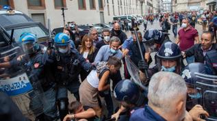 Milano, scontri al corteo dei