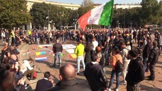 Green pass, a Milano manifestano in 500 all'Arco della Pace