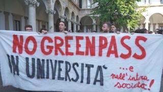 No Green Pass, corteo di universitari dentro la Statale di Milano