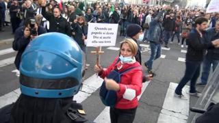 No green pass, tensione a Milano: cariche della polizia durante il corteo