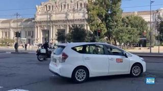 Sciopero taxi, a Milano corteo di auto alla stazione Centrale