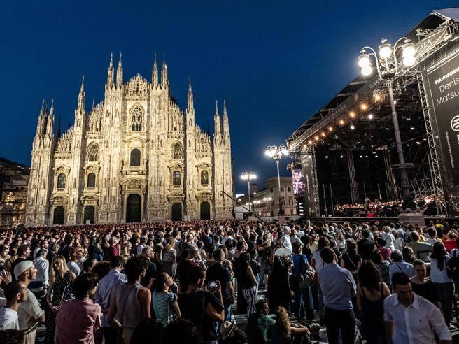 5debca9f4b Milano, concerto della Filarmonica dell Scala: 35 mila persone in piazza  del Duomo - Corriere.it