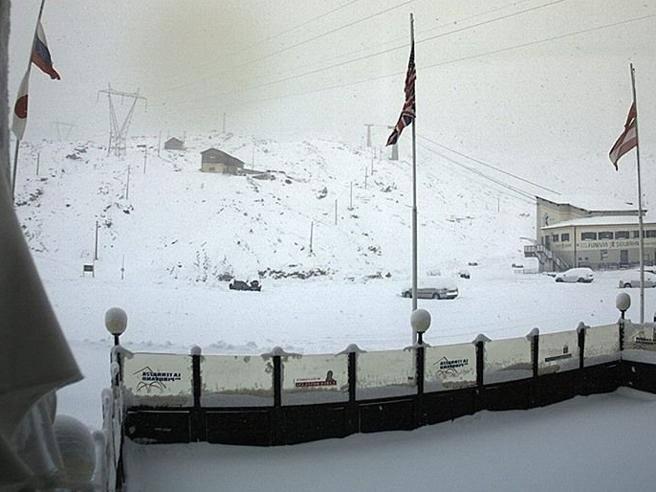 Passo Stelvio, la neve blocca 180 persone. Scatta l'allarme slavine