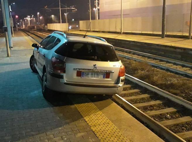 Entra in stazione con l'auto,  finisce sui binari, picchia i carabinieri