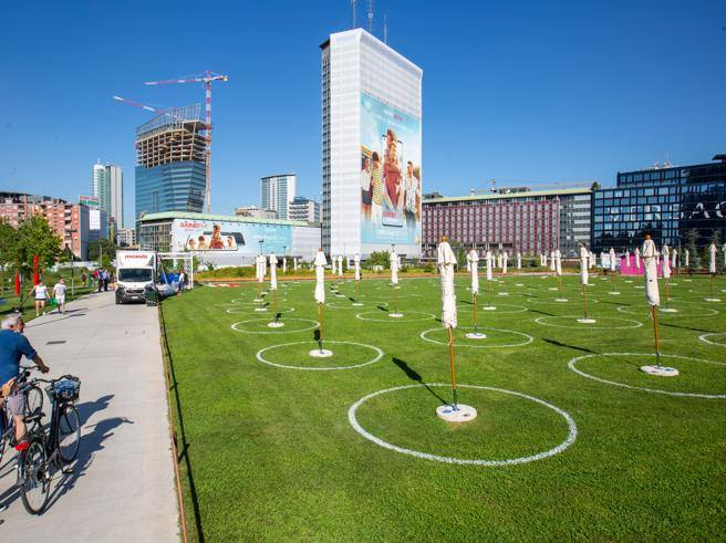 Lido Bam, inaugurata la spiaggia sotto i grattacieli di Milano
