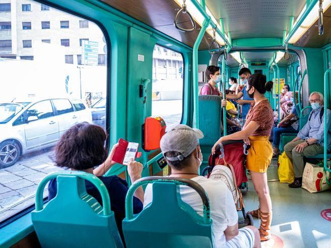 Lombardia, la Regione conferma: sui mezzi pubblici si viaggia senza distanziamento