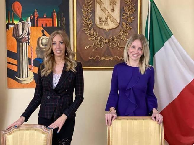 Sindaca e assessora, la foto social e i commenti sessisti: «Le bambole Barbi e Tania»- Corriere.it