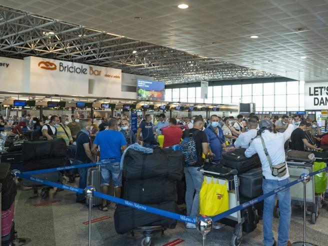 Turisti con green pass respinti a Malpensa: erano diretti in Grecia ma non avevano il Passenger locator form