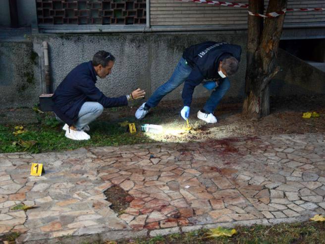 Cesano Boscone, ex marito ucciso sotto casa della moglie. La lite, le coltellate: caccia al compagno di lei